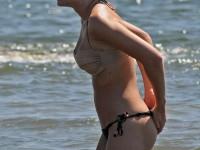Jolie blonde sexy en train de se baigner en bikini string