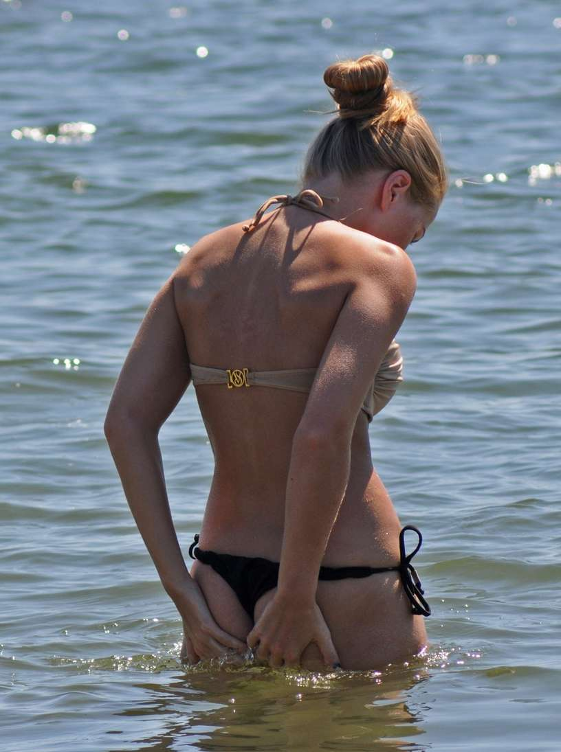 blonde bikini string plage (101)