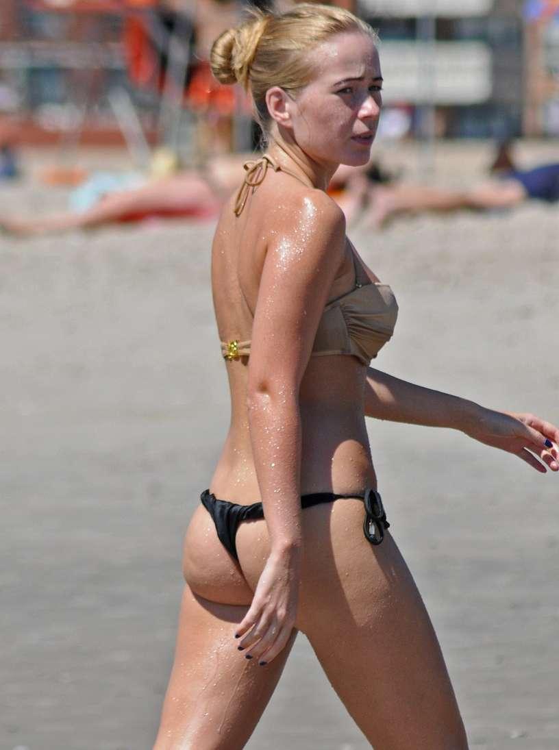 blonde bikini string plage (107)
