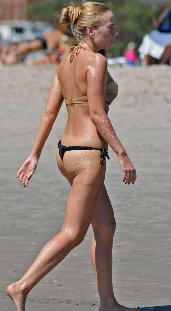 blonde bikini string plage (108)