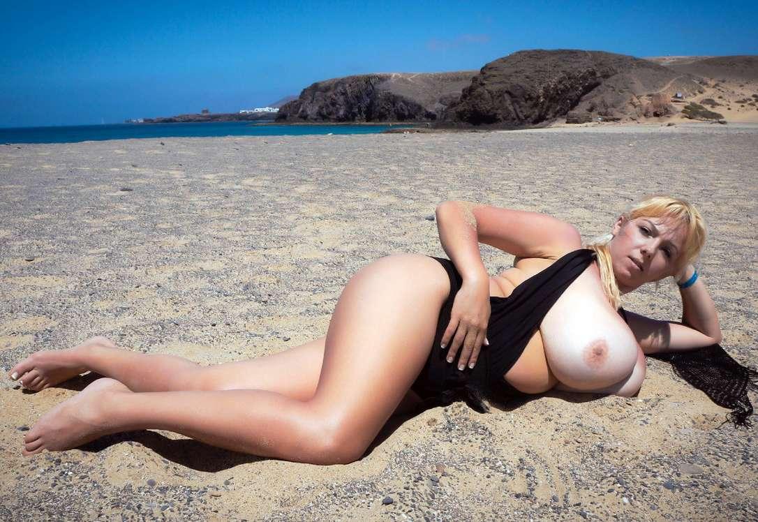 Topless sur la plage de tres beau gros seins a mater - 1 part 4