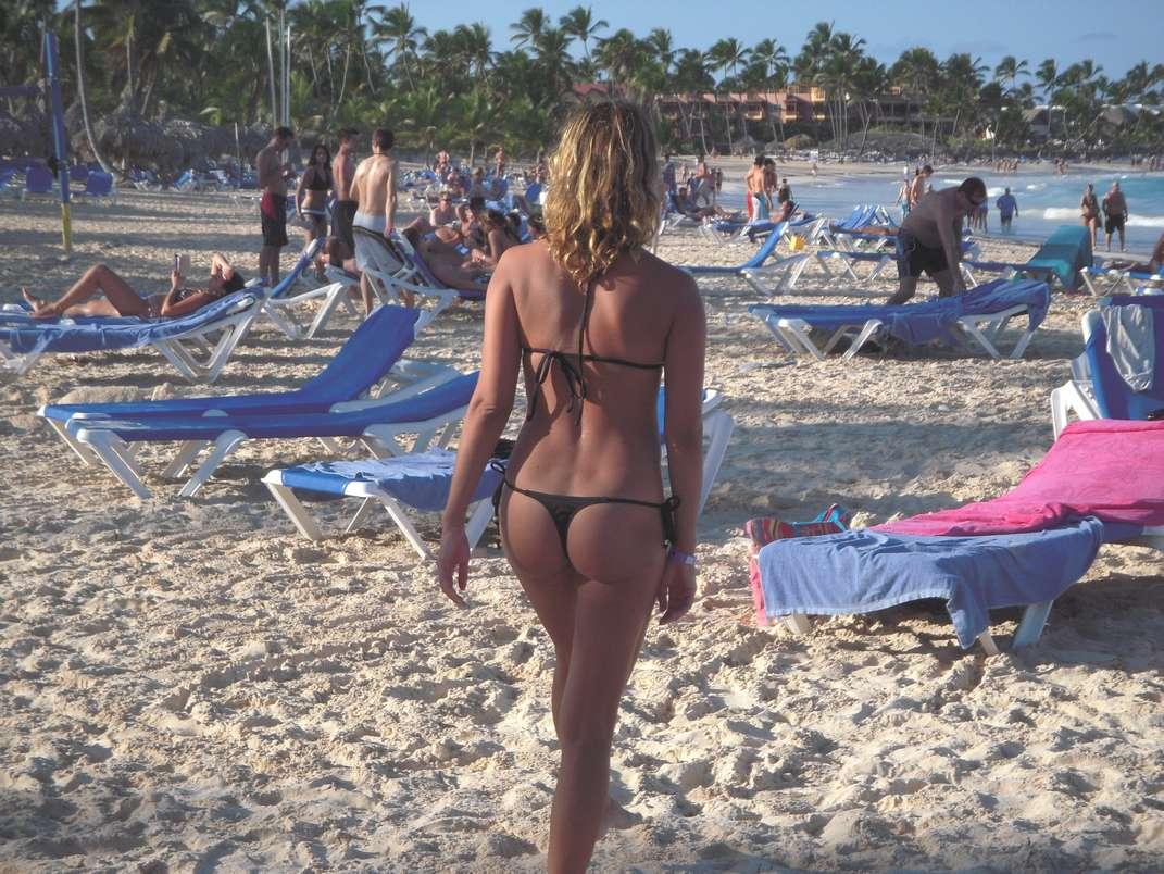 Photos voyeurs de ptits culs en string bikini sur la