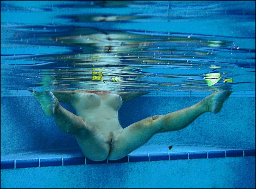 fille nue piscine (1)