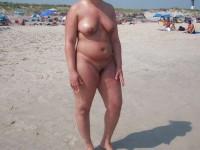 Une amatrice mature qui exhibe ses rondeurs sur une plage public
