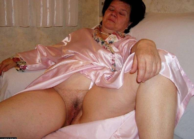 mamie exhibe chatte (21)