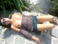 Une mature profite du soleil pour faire bronzer ses jolis seins