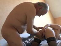 Papy se baise la femme de ménage asiatique chez lui
