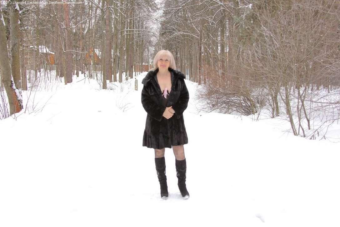 vieille blonde exhibe seins nus (100)