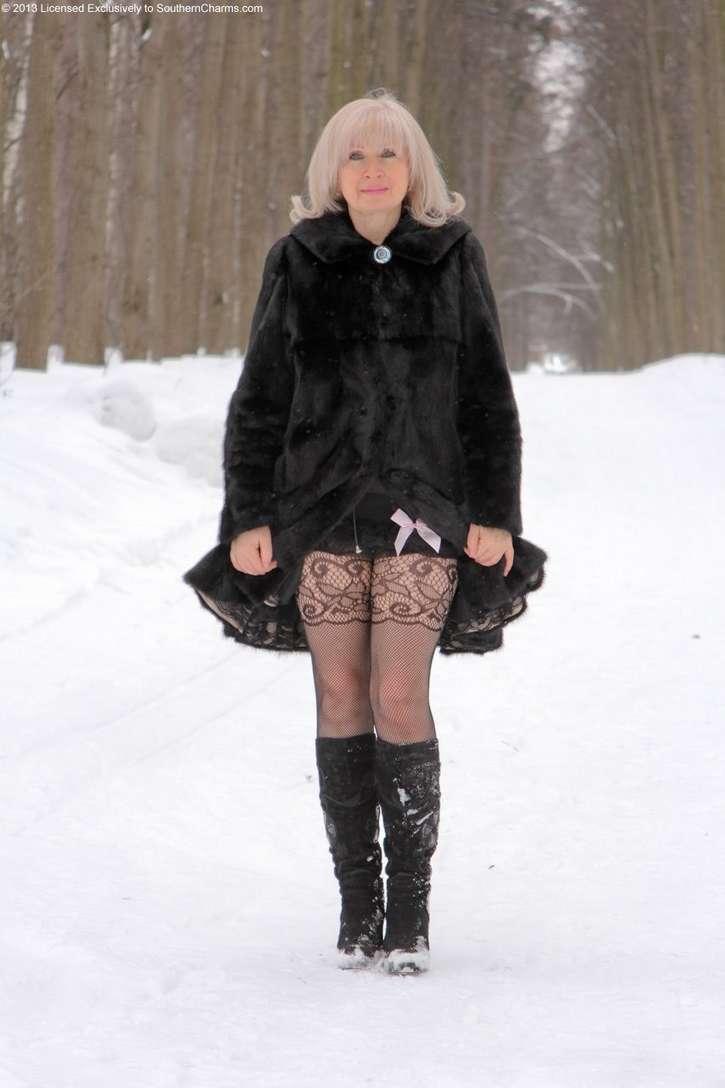 vieille blonde exhibe seins nus (101)