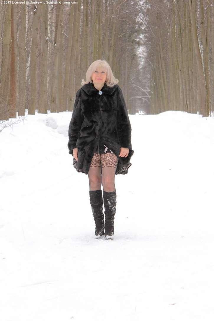vieille blonde exhibe seins nus (102)