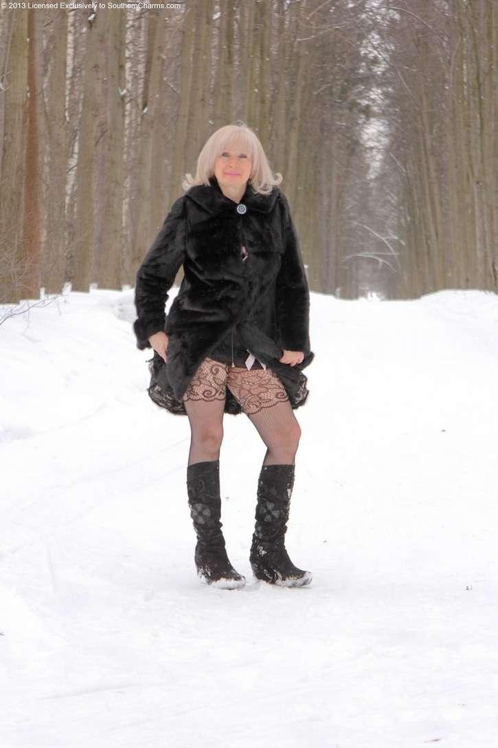 vieille blonde exhibe seins nus (103)