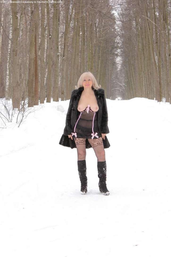 vieille blonde exhibe seins nus (105)
