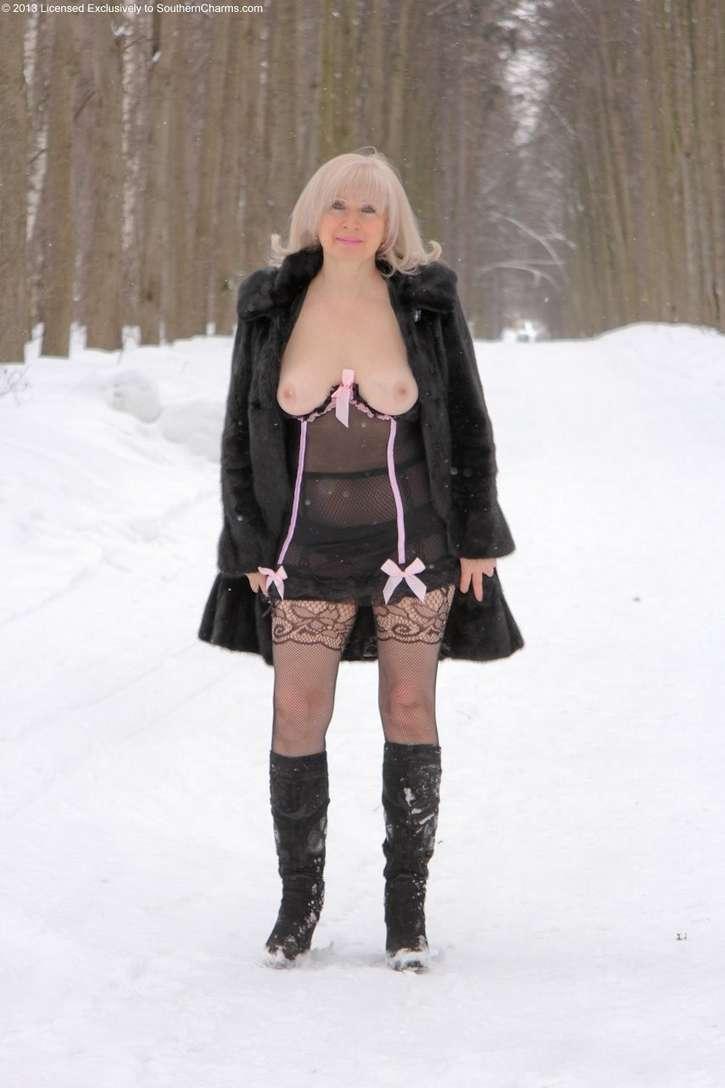 vieille blonde exhibe seins nus (106)