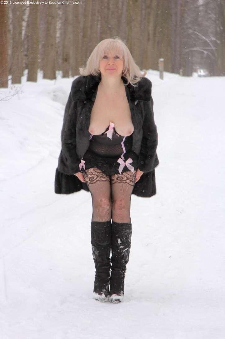 vieille blonde exhibe seins nus (107)