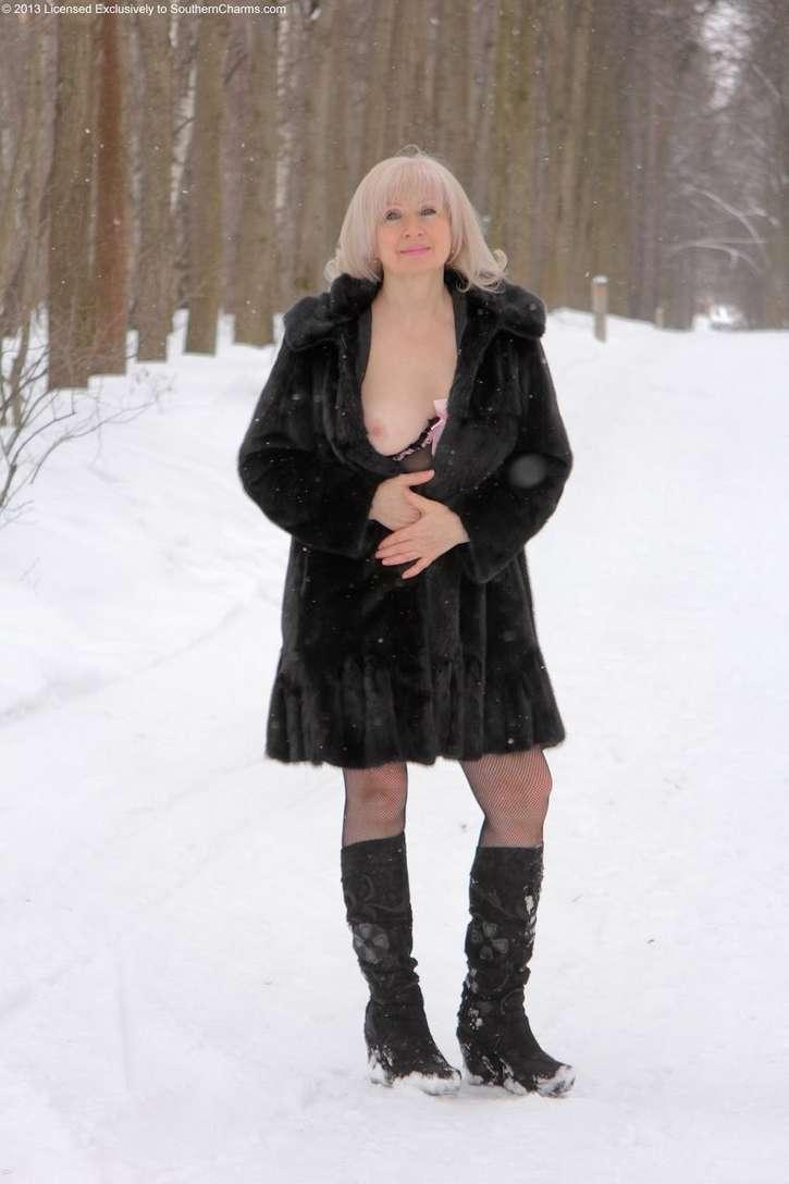 vieille blonde exhibe seins nus (108)