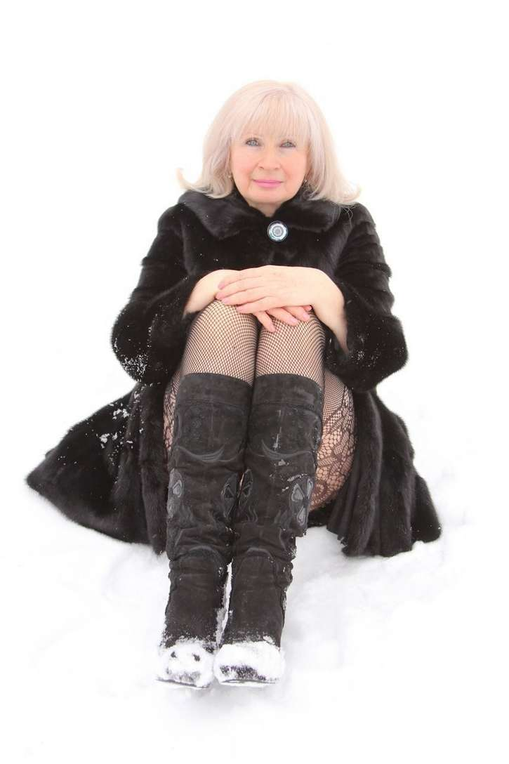 vieille blonde exhibe seins nus (110)