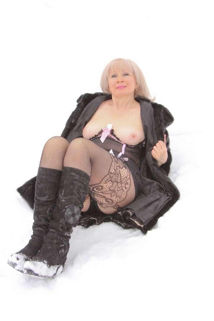 vieille blonde exhibe seins nus (111)