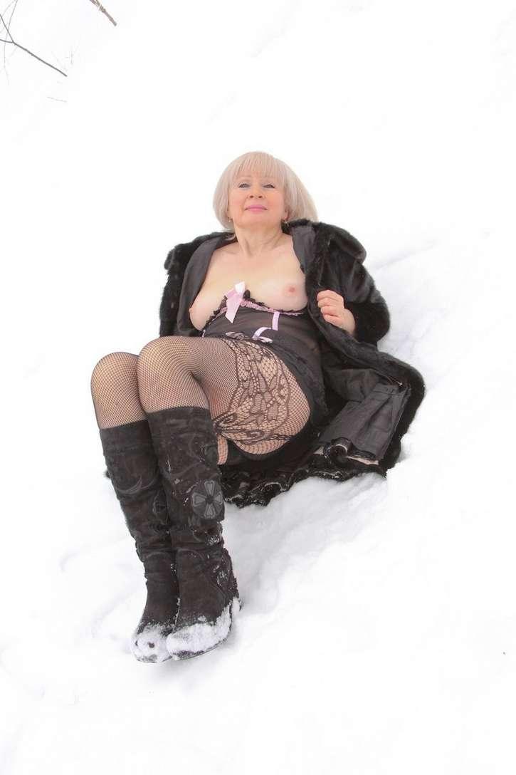 vieille blonde exhibe seins nus (113)