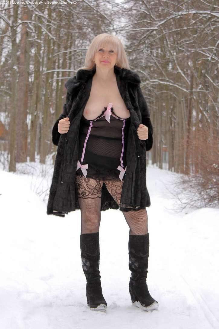 vieille blonde exhibe seins nus (118)