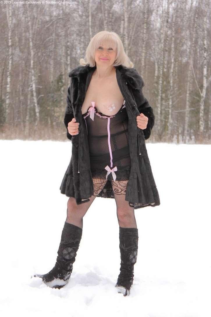 vieille blonde exhibe seins nus (122)