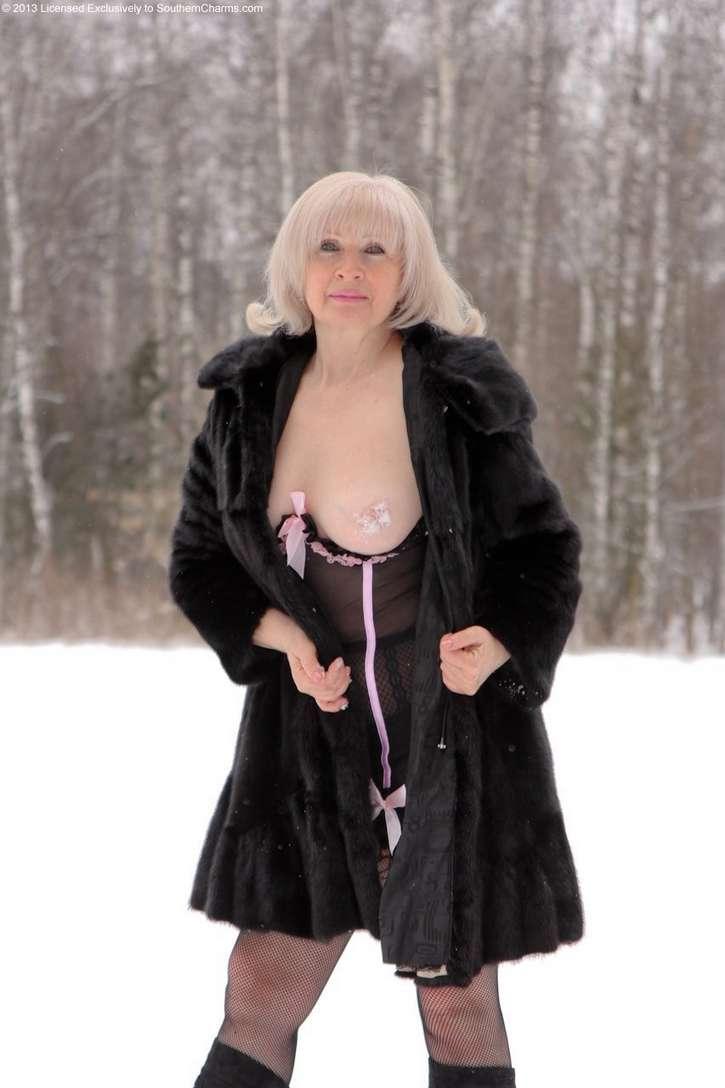vieille blonde exhibe seins nus (123)