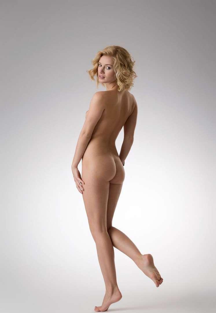 blonde bonasse nue petits nichons (104)