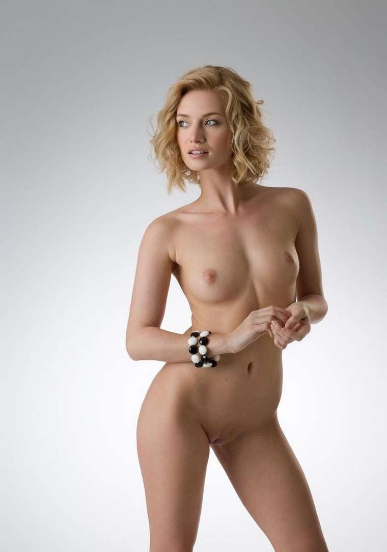 blonde bonasse nue petits nichons (106)