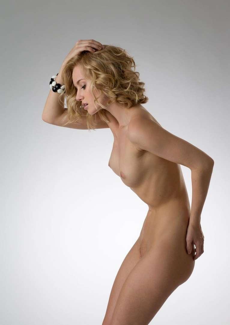blonde bonasse nue petits nichons (112)