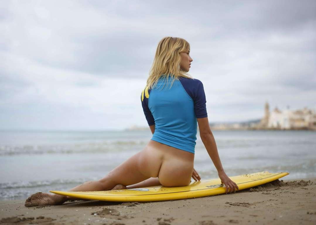 Surfeuse blonde cul nu et avec les tétons qui poitent ...