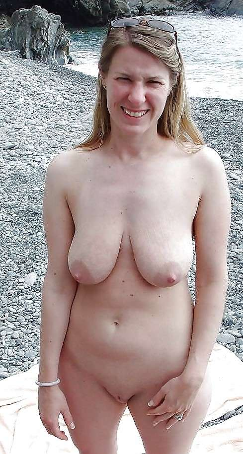 blonde nue topless plage (11)