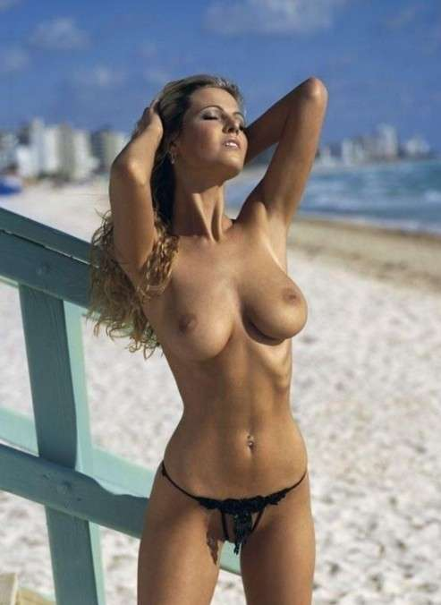 blonde nue topless plage (14)