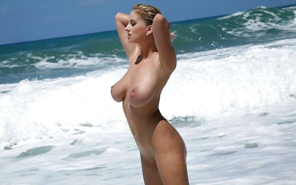 blonde nue topless plage (16)