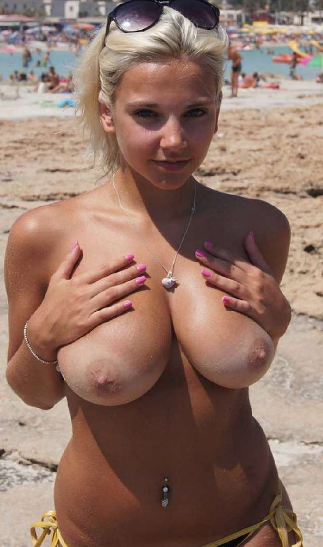 blonde nue topless plage (2)