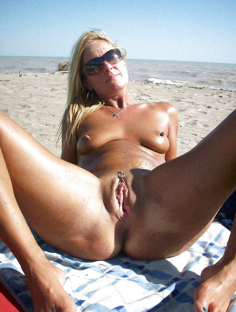 blonde nue topless plage (4)