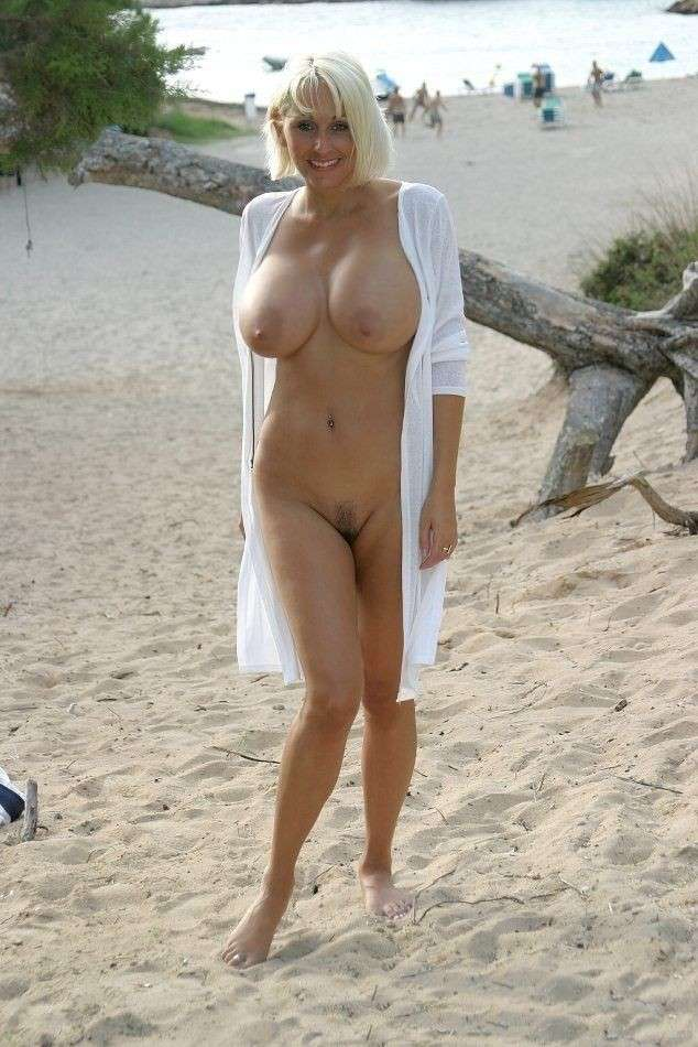 blonde nue topless plage (5)