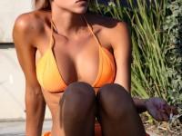 Une Babe bonasse et parfaite en bikini orange