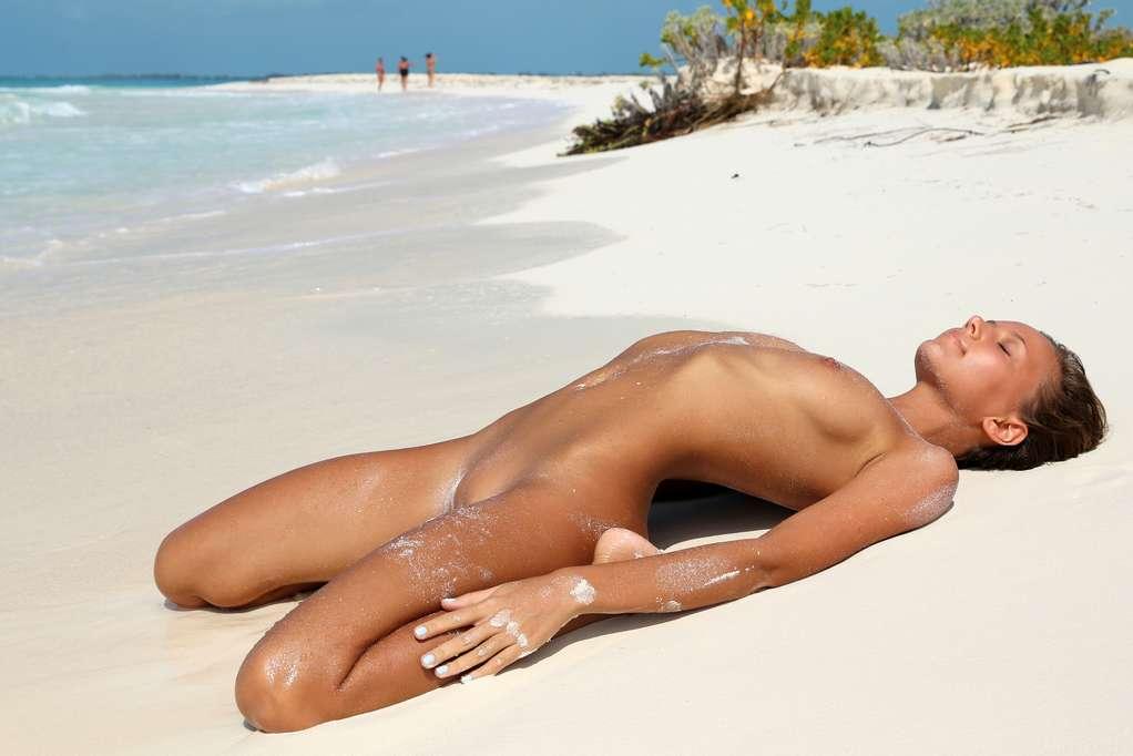 bombasse petits nichons nue plage (113)