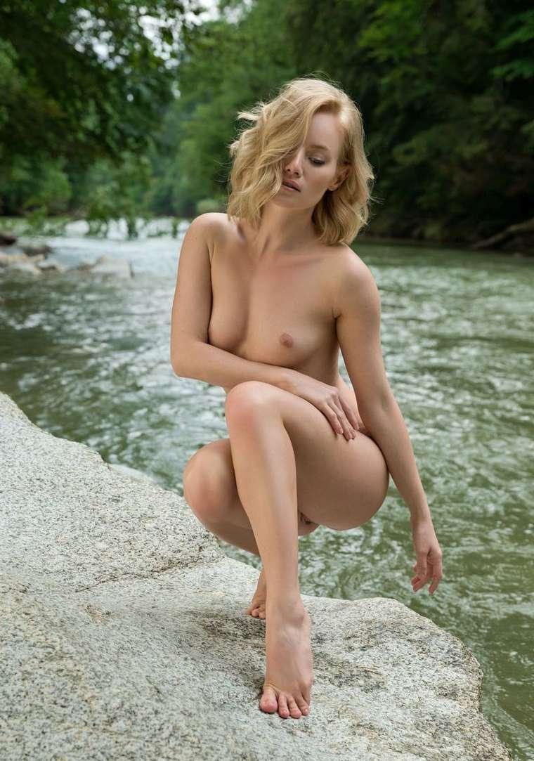 bonasse blonde petits nichons exhibe (109)