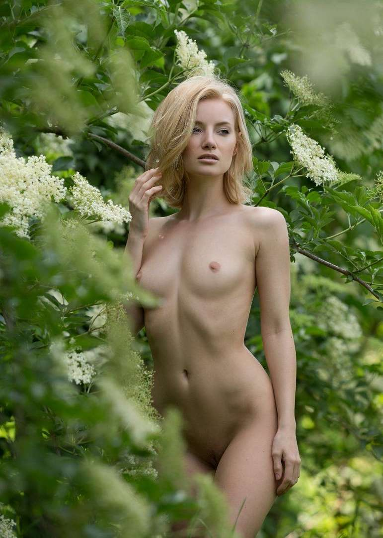 bonasse blonde petits nichons exhibe (115)