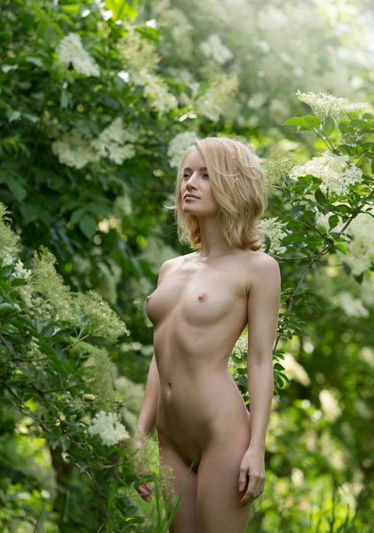 bonasse blonde petits nichons exhibe (122)