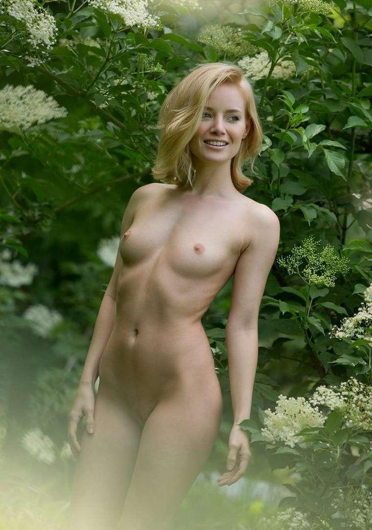 bonasse blonde petits nichons exhibe (125)