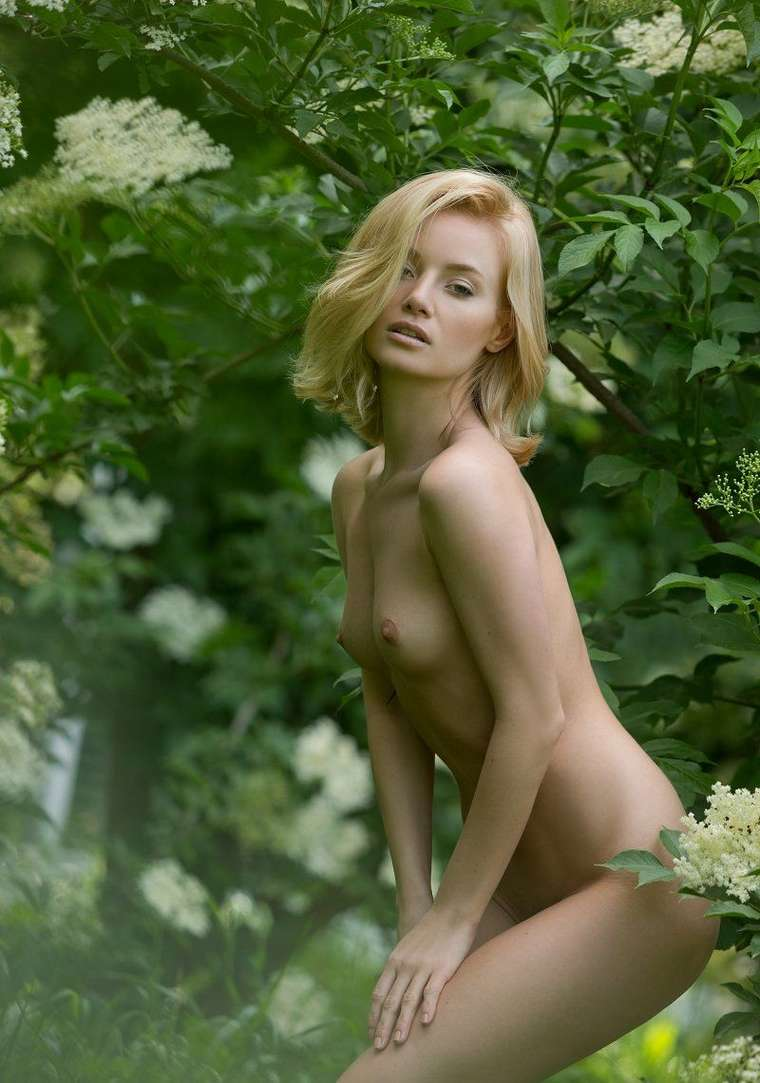 bonasse blonde petits nichons exhibe (126)