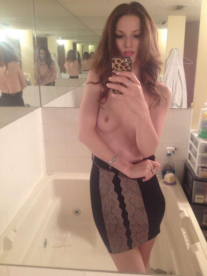 brune petits seins selfie (2)