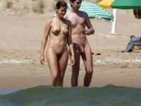Des couples naturistes qui aiment passer leurs vacances à la plages nu