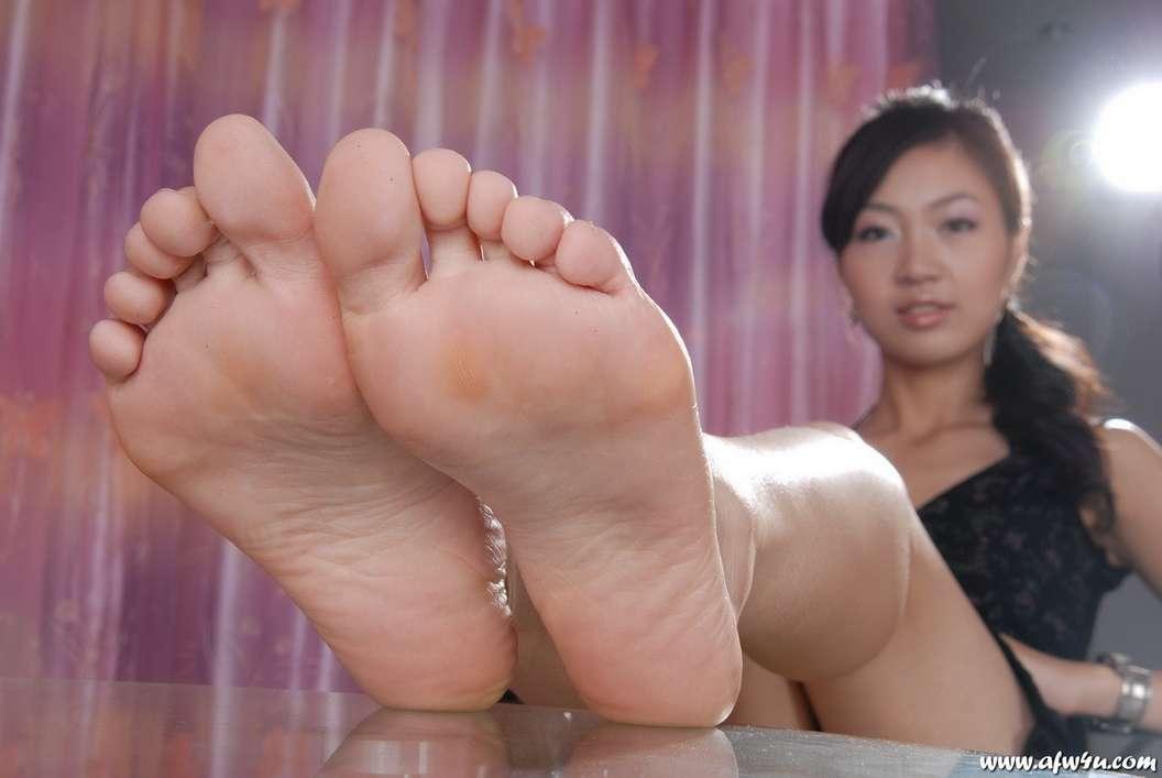 fille asiatique pieds nus sexy (16)
