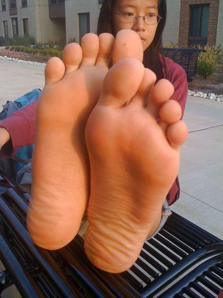 fille asiatique pieds nus sexy (18)