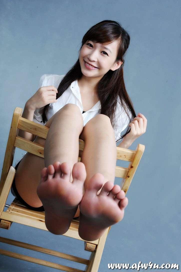 fille asiatique pieds nus sexy (2)