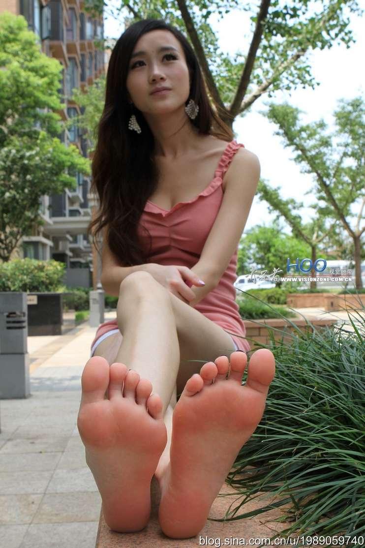 fille asiatique pieds nus sexy (21)