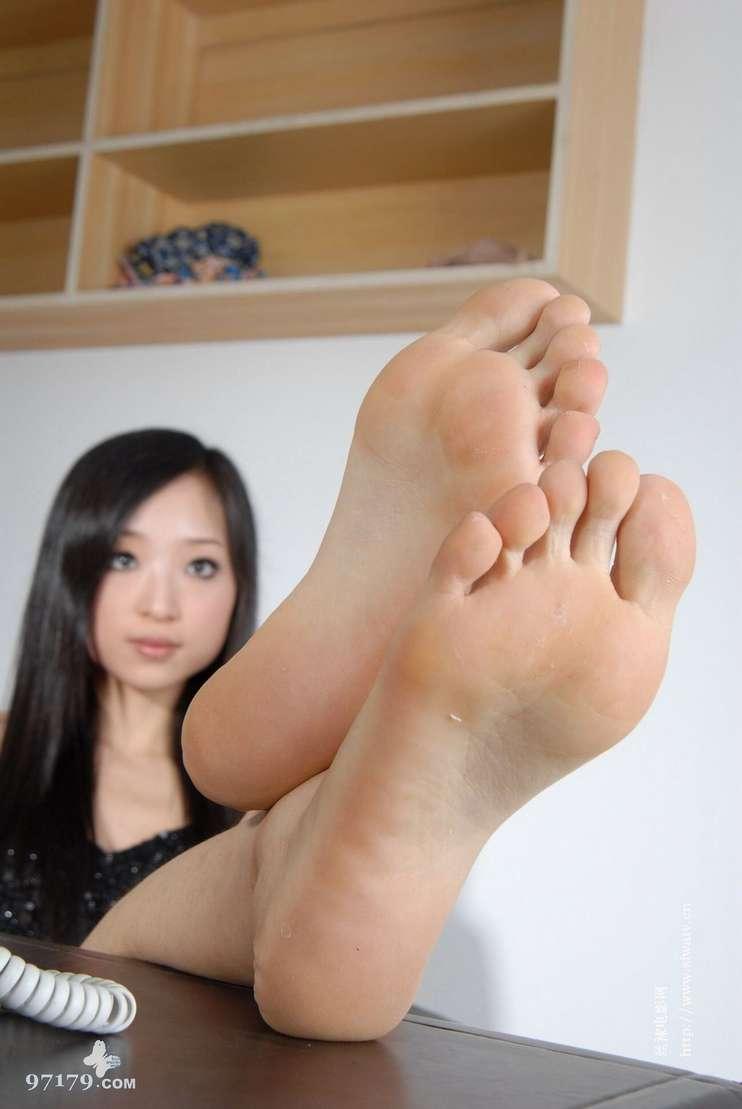 fille asiatique pieds nus sexy (9)
