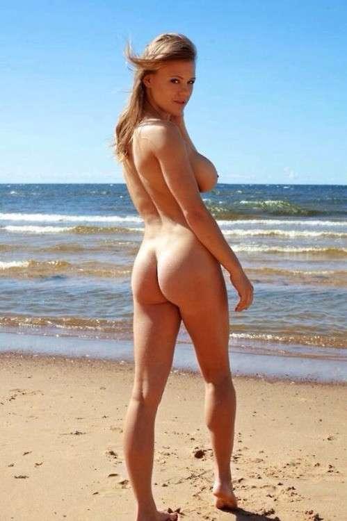 fille nue bonasse plage (8)